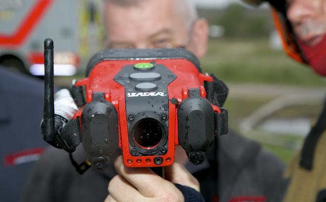 Thermal_imaging_camera-LEADER_TIC4.1_with_firefighters.jpg